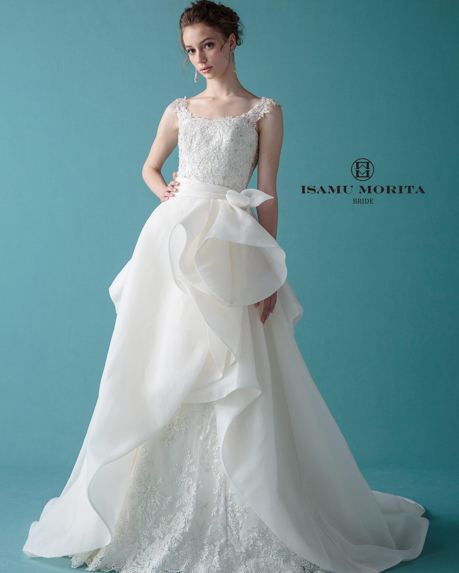 オーバースカートなど、1着でいくつもの表情を見せるドレスです。